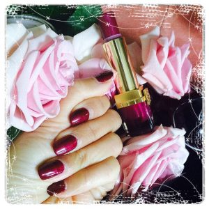 Donkerrode nagels met bijpassende lipstick Stylish Nails